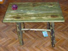 mesa con material de descarte:tronquitos de poda y tablero callejero