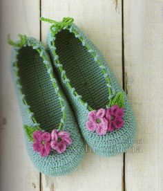 Go-go-gorgeous crochet slippers: fully charted-and lots more pretty things Crochet Diy, Beau Crochet, Crochet Boots, Knit Or Crochet, Crochet Crafts, Crochet Clothes, Crochet Projects, Confection Au Crochet, Knitted Slippers