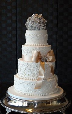 http://www.cakes-to-celebrate.com/gallery/Wedding%20Cake%20Gallery%202/slides/DSC00034.JPG