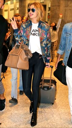 Gigi Hadid touches down in Toronto in floral jacket and poses for pics - Outfit Ideen Fashion 101, Look Fashion, Womens Fashion, Fashion Trends, Fashion Outfits, Style Gigi Hadid, Casual Outfits, Cute Outfits, Beach Outfits