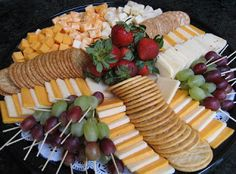 ideas fruit platter ideas beautiful for 2019 Snacks Für Party, Appetizers For Party, Appetizer Recipes, Party Trays, Party Platters, Cheese And Cracker Platter, Cheese Platters, Cheese Tray Display, Simple Cheese Platter