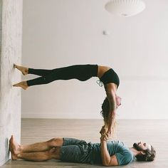 yoga walking up the wall - gravity - acrobatics - circus - partner yoga, dance, acro yoga Couples Yoga Poses, Acro Yoga Poses, Partner Yoga Poses, Ashtanga Yoga, Yoga Inspiration, Paar Workout, Yoga For Two, Yoga Mode, Belle Silhouette