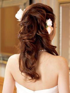 動きのあるダウンスタイルがスウィートな花嫁を演出/Back|ヘアメイクカタログ|ザ・ウエディング