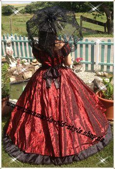 Südstaatenkleid Traumhaft schönes Kleid in kräftigem Tiefrot mit schwarzen Blüten ranken und weit schwingendem Rock. Schwarze Spitze betont das Dekolleté und die Schultern. Gummizug in der Taille und die am Rücken gebundene schwarze Schleife bringen die weibliche Figur perfekt zur Geltung.