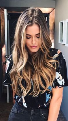 Die besten Tipps und Tricks für das Haarstyling - All For Hair Color Trending 30 Hair Color, Hair Color Shades, Brown Blonde Hair, Brunette Hair, Sunkissed Hair Brunette, Brunette Highlights, Color Highlights, Caramel Hair Highlights, Long Hair Highlights