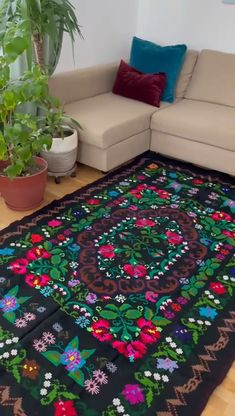 Beautiful handmade rug, made in the loom using traditional methods in South Romania. The floral design is amazing, with charming colorful flowers Floral Rug, Floral Design, Colorful Flowers, Romania, Black Backgrounds, Loom, Hand Weaving, Traditional, Rugs