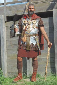 Римский центурион в чешуйчатом панцире лорика сквамата (lorica squamata), вид спереди.