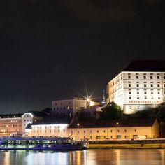 #nightout #work #nofilter #linz #upperaustria #linzpictures #igerslinz #museum #schloss #skyline #riverdanube #24h #potd #schlossmuseum #castle #citylights #cruise #notourists #attention