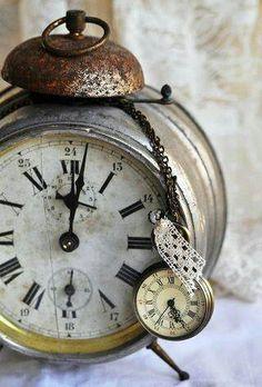 Vintage clock shabby home decor Vintage Decor, Vintage Antiques, Retro Vintage, Vintage Items, Vintage Modern, Old Clocks, Antique Clocks, Vintage Clocks, Rustic Clocks