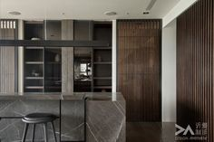 Sexy and dark, with an interesting play of reflective glass and vertical match stick wood. The full height makes it very dramatic Loft Kitchen, Kitchen Dinning, Kitchen Grey, Kitchen Wood, Interior Walls, Kitchen Interior, Interior Design, Minimal Kitchen Design, Design Apartment