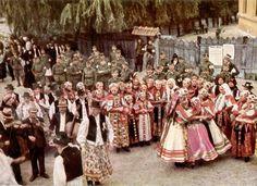 From Magyarvista, 1940/1940. Erdélyi bevonulás, a Magyarvistai általanos iskola bejárata előtt. NHA Volga Germans, Hungary Travel, Costumes Around The World, Folk Dance, Folk Costume, My Heritage, Eastern Europe, Ethnic Fashion, Traditional Outfits