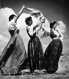Greek women in traditional costume, photo: Nellys Old Photos, Vintage Photos, Greek Beauty, Greek History, Greek Culture, People Of The World, Traditional Outfits, Beautiful World, Black And White Photography