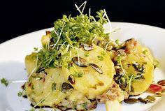 Das Kürbiskernöl in diesem Karoffelsalat kann man auch gut durch ein würziges Olivenöl ersetzen. Und im Winter kombiniert man den Salat zu einem Wienerschnitzel - eine Superkombinaiton.