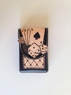 Etui cuir repoussé pour cartes à jouer, motif: carré d'as avec dés sculptés : Etuis, mini sacs par lakota-cuir