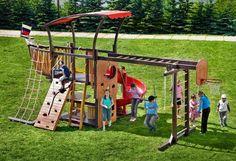 aire de jeux enfant artisanal en forme de bateau en bois massif et mur d'escalade