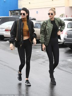 Photo via: Harper's Bazaar Kendall Jenner and Gigi Hadid show us the model rendition of the athleisure trend. Their bomber jackets, black leggings and sneakers are a foolproof formula for style. Kendall Jenner Estilo, Kendall Jenner Outfits, Gigi Hadid Outfits, Kendall Jenner 2010, Kylie Jenner, Athleisure Trend, Athleisure Outfits, Athleisure Fashion, Legging Outfits