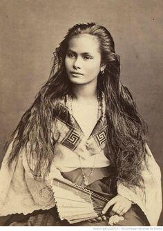 """Métisses Tagalog- Chinoises Portrait, 1870-1914, Unknown photographer from the Exposition """"Cheveux chéris """" (18.09.2012-14.07.2013) © Μusée du Quai Branly (MQB), Paris"""