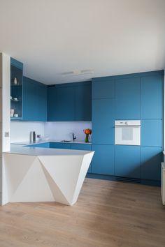 Nowoczesna kuchnia, niebieska kuchnia, biały blat, modernistyczna kuchnia. Zobacz więcej na: https://www.homify.pl/katalogi-inspiracji/29883/8-kuchni-w-8-roznych-stylach