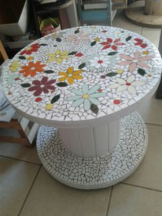Discover thousands of images about Mosaic table Wooden Spool Projects, Wooden Spool Tables, Wood Spool, Weird Furniture, Mosaic Furniture, Painted Furniture, Diy Furniture, Mosaic Diy, Mosaic Crafts