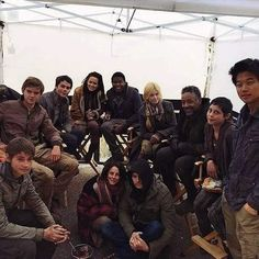 Thos is such a cute pic of the cast omg