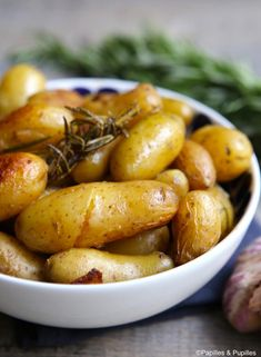 Candied potatoes with garlic and rosemary - Potato Recipes Healthy Dinner Recipes, Vegetarian Recipes, Cooking Recipes, Salty Foods, Potato Recipes, Pesto, Food Inspiration, Entrees, Food And Drink