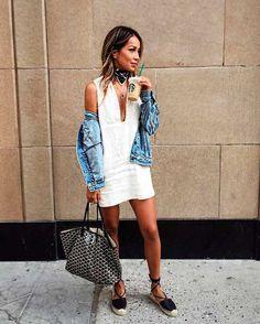 Vestido curto branco liso Jaqueta jeans Lenço Sandália