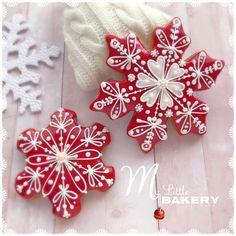 #snowflakecookies #mylittlebakery #cookies #decoratedcookies #cookiedecorating #christmasseason #christmascookies #gingerbreadcookies #cookieart #edibleart