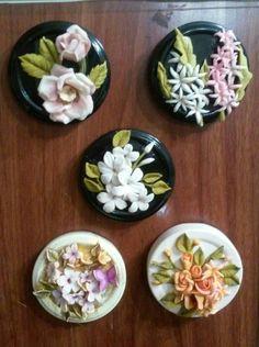 Nilgün / ceramic Magnet Polymer Clay Painting, Cute Polymer Clay, Polymer Clay Flowers, Ceramic Flowers, Polymer Clay Jewelry, Clay Art Projects, Polymer Clay Projects, Clay Crafts, Diy Arts And Crafts