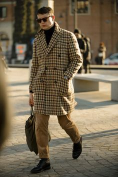 Pitti Uomo is well underway and we're taking to the streets with Robert Spangle to bring you all the well-dressed men who are getting it just right. Gq Fashion, Cool Street Fashion, Street Style, Cool Bomber Jackets, Line Jackets, White Trousers, Cropped Trousers, Gucci Scarf, Leopard Print Scarf