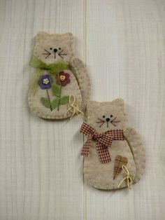 "208 From the Heart: Kitten Pin/Magnet (smb: with bears and birds to make a ""Creatures Christmas"") Felt Embroidery, Felt Applique, Fabric Crafts, Sewing Crafts, Sewing Projects, Felt Projects, Felt Christmas Ornaments, Christmas Crafts, Christmas Tree"
