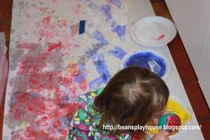 Bean's Playhouse: 風船を使ったアート。風船に歯ブラシで色を塗って、それを紙にあてていきます。