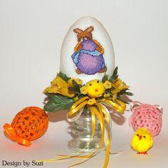Design by Suzi: Polystyrénové vajíčka so zajačikmi Crossstitch, Easter Eggs, Snow Globes, Jar, Spring, Design, Home Decor, Scrappy Quilts, Cross Stitch