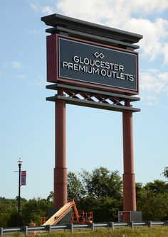 A 100 foot tall pylon sign that can be seen from the nearby highway at the Gloucester Premium Outlets located in New Jersey Pylon Signage, Wayfinding Signage, Signage Design, La Sign, Craftsman Style Interiors, Retail Signs, Monument Signs, Premium Outlets, Sign Board Design