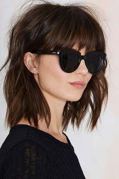 Idée Coiffure : Description couleur de cheveux chocolat, lunettes de soleil, carré frangé, lèvres couleur nude - #Coiffure https://madame.tn/beaute/coiffure/idee-coiffure-couleur-de-cheveux-chocolat-lunettes-de-soleil-carre-frange-levres-couleur/