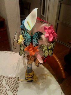 Ramo de flores de goma eva y mariposas