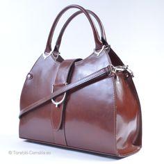 Stylowy damski kufer w klasycznym odcieniu brązu. Wykonany w całości ze skóry naturalnej. Dostępny również w kolorze czarnym http://torebki-damskie.eu/kuferki/400-czarny-kuferek-damski-w-wyjatkowym-stylu-skorzany.html