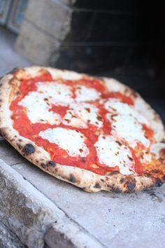 Making Italian Pizza Like A Pro – Tips And Tricks Making Italian Pizza is an adventure. Learn these tips on how to make pizza like the pros in Italy. Pizza Legal, Neapolitanische Pizza, Dough Pizza, Seafood Pizza, Fire Pizza, Pizza Siciliana, Oven Recipes, Cooking Recipes, Gourmet Pizza Recipes