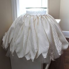 Rachael Rabbit: Tutu Tutorial (Part Using Fabric Scraps - Tutu Ideas--tulle with scraps on top for lexy Diy Tutu, No Sew Tutu, Diy Projects For Kids, Diy For Kids, Kids Crafts, Sewing For Kids, Baby Sewing, Tinkerbell Shoes, Tutu Pattern