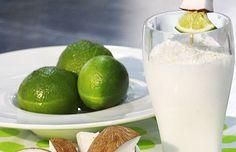 ¡Limonada de coco! 3 copitas de jugo de limón, 6 copitas de crema de coco, 3 tazas de hielo Para la decoración: cuadritos de coco, rodajas de limón y palitos de madera. MEZCLA las 3 copitas de jugo de limón con la crema de coco y las tres tazas de hielo en la licuadora hasta que la mezcla esté completamente homogénea, si te resulta difícil a la hora de licuar adiciona un poco de agua para aligerar la mezcla. SIRVE de inmediato y decora cada vaso con pinchos de coco y cascos de limón.