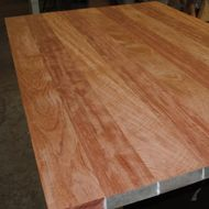 De Amsterdamsche Fijnhouthandel is specialist in het vervaardigen van houten tafelbladen en aanrechtbladen op maat, in meer dan 35 houtsoorten.