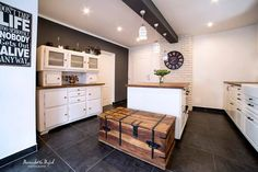Kuchnia jest duża i przestronna. Ważna rolę odgrywa w niej drewniana skrzynia i stary kredens.