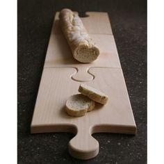 Het lijkt een heel groot puzzelstuk en eigenlijk is dat het ook! Alleen kun je deze houten Oooms snijplank ook gebruiken om ingrediënten te snijden of lekkere hapjes te serveren. Puzzel meerdere planken aan elkaar en je hebt een supergroot werkblad!