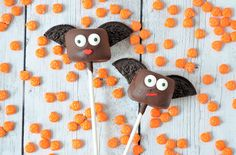 Deze vleermuizen marshmallow pops zijn ideaal als lekkernij voor Halloween. Bovendien zijn ze ook erg gemakkelijk te maken, wat ze leuk maakt als traktatie.