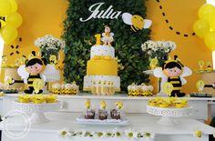 Decoração no tema abelhinha é sempre um encanto! Principalmente para comemorar o primeiro aninho, só não vale carregar no preto, confira essa inspiração!