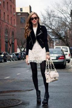 パンツに限らずドレスでも冬の白はありです。タイツはうんと分厚いのを選んで白と黒との色のコントラストを際立たせましょう。