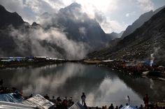 El lago Manmahesh y los Himalayas durante el peregrinaje anual en Bharmour (India). (EFE/VANGUARDIA LIBERAL)