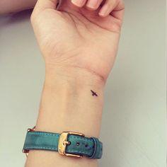 Tatouage oiseau minimaliste #beautytatoos