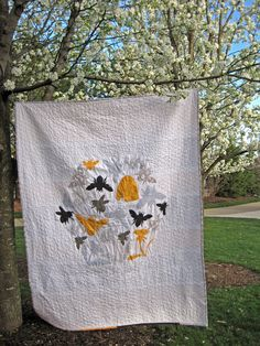 Humming bees hover around their hive and dandelion patch in this fusible applique quilt. Complete instructions include directions for a matching pi...