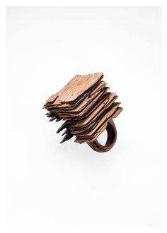Fabrizio Bonvicini janvier 2016 Contemporary Jewellery N.100 Oak wood ring Ph Nicola Vinci