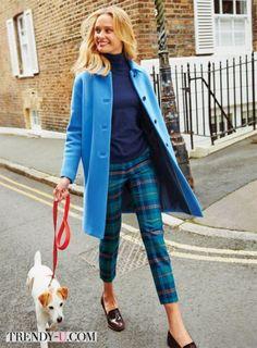 Клетчатые брюки, ярко-голубое пальто, синий свитер